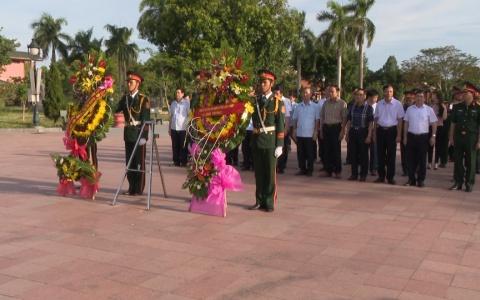 Đoàn đại biểu tỉnh Thái Bình dâng hương tưởng niệm các Anh hùng liệt sỹ tại thành cổ Quảng Trị