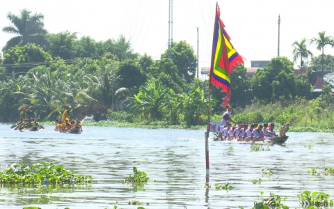 Hội thi bơi chải ở Lễ hội đền Đồng Bằng