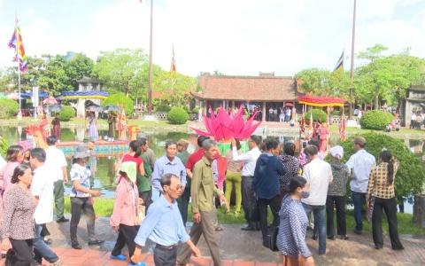 Du khách tấp nập về với lễ hội chùa Keo