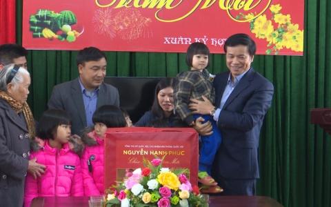 Tặng quà tết tại Trung tâm Công tác xã hội và bảo trợ xã hội Thái Bình.