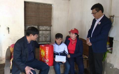 """Đài PT-TH Thái Bình đến thăm, tặng quà cho các học sinh có hoàn cảnh khó khăn trong chương trình """"Tiếp sức đến trường""""."""