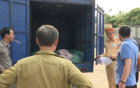 Trạm Cảnh sát giao thông Tân Đê phát hiện gần 7.000kg lòng lợn thối