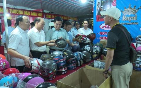 Phiên chợ đưa hàng Việt về nông thôn tại huyện Đông Hưng