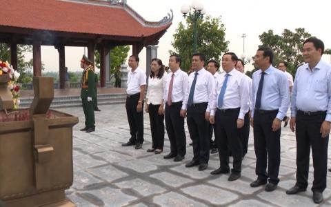Phó thủ tướng Chính phủ Vương Đình Huệ dâng hương tại Đền thờ Bác Hồ
