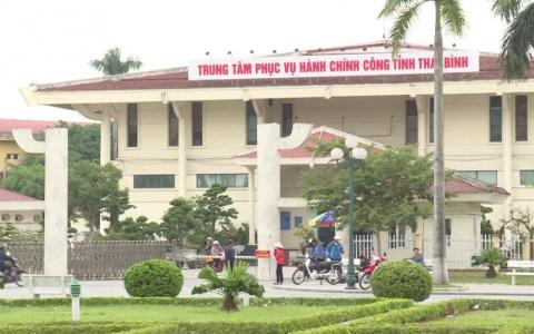 Cò giấy tờ gây lộn xộn ở cổng Trung tâm phục vụ hành chính công Thái Bình