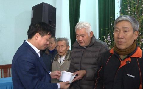 Phó chủ tịch UBND tỉnh Nguyễn Khắc Thận tặng quà hộ gia đình chính sách