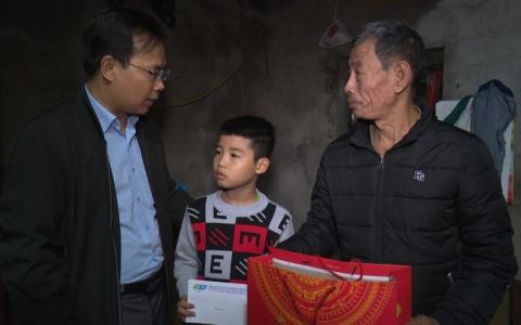 Trao quà tết cho học sinh nghèo trong chương trình Tiếp sức đến trường