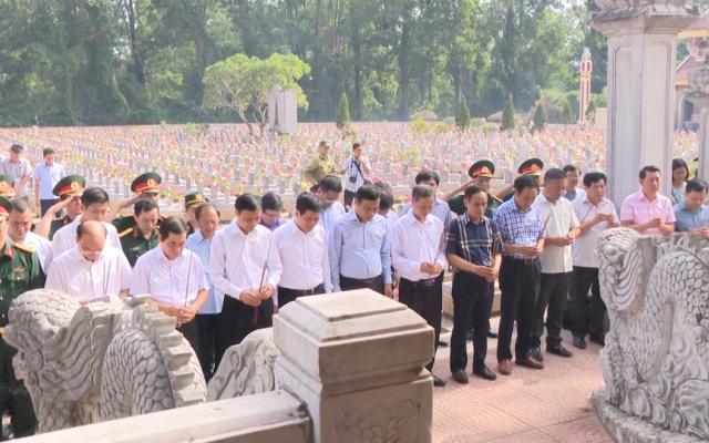 Đoàn đại biểu tỉnh Thái Bình dâng hương tại nghĩa trang Đường 9 và nghĩa trang Trường Sơn