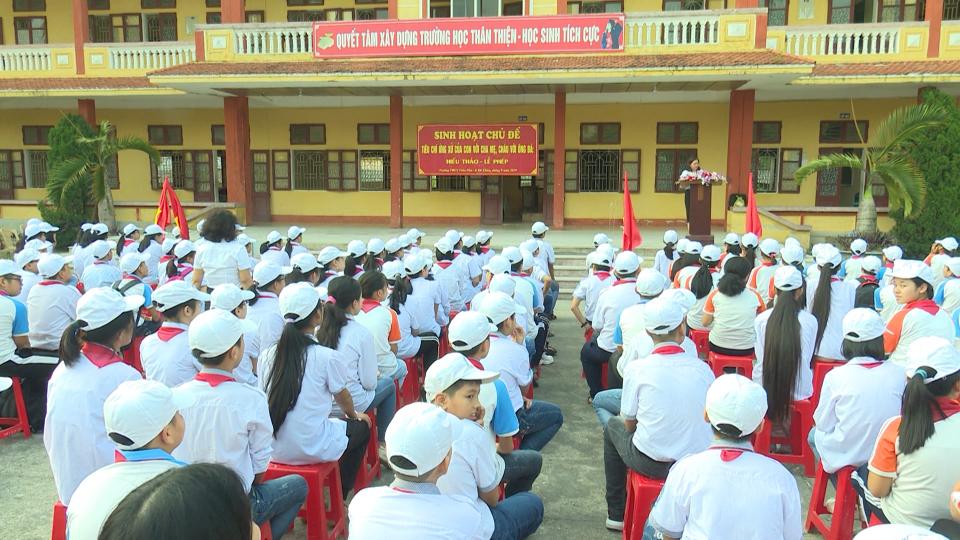 """Truyền thông chủ đề """"Tiêu chí ứng xử của con với cha mẹ, cháu với ông bà: Hiếu thảo - lễ phép"""" tại trường THCS Trần Phú, thành phố Thái Bình"""