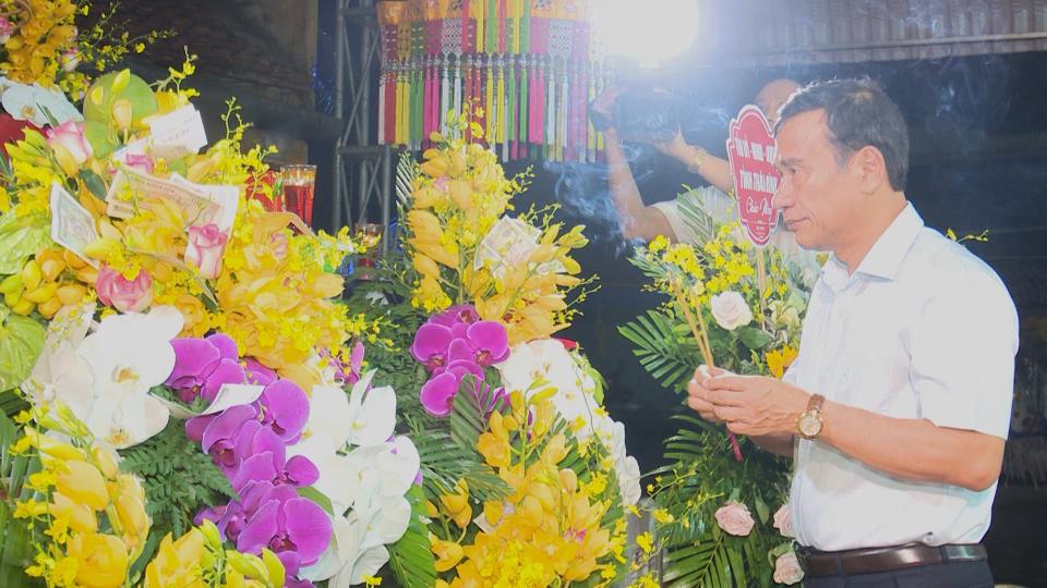 Đồng chí Phó Bí thư Tỉnh ủy, Chủ tịch UBND tỉnh dâng hương tại di tích lịch sử cấp quốc gia đền Hạ Đồng